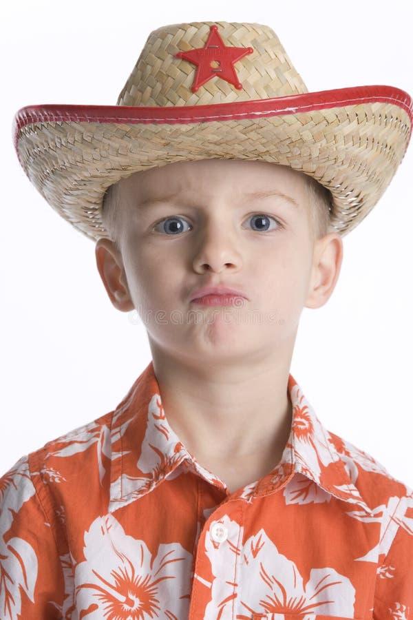 Junge mit einem Polizeichef-Hut, der kühl schaut lizenzfreie stockbilder