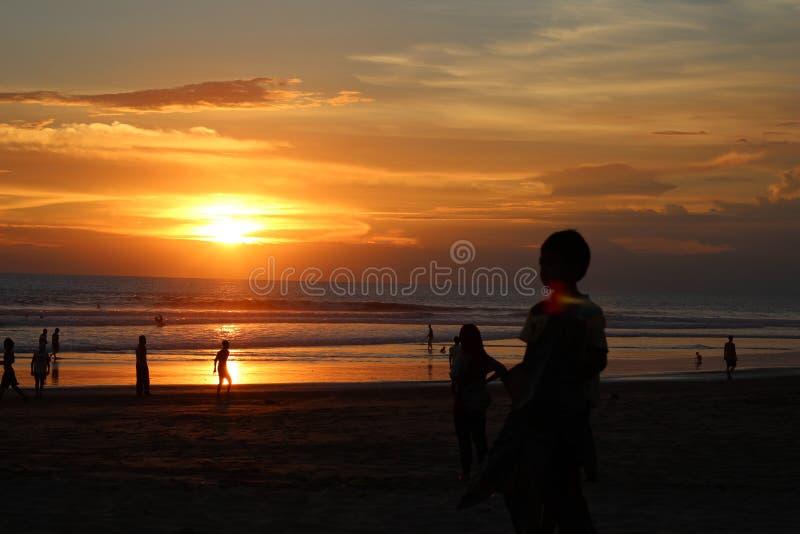 Junge mit einem Sonnenuntergang lizenzfreie stockfotos