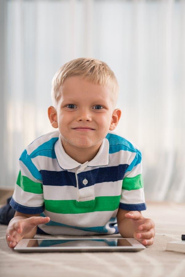 Junge mit einer digitalen Tablette lizenzfreie stockfotos
