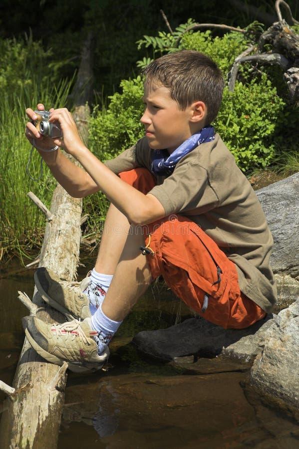 Junge mit einer Kamera stockbilder