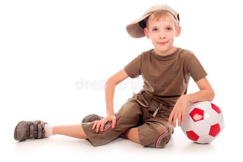 Junge mit einer Kugel lizenzfreie stockfotografie