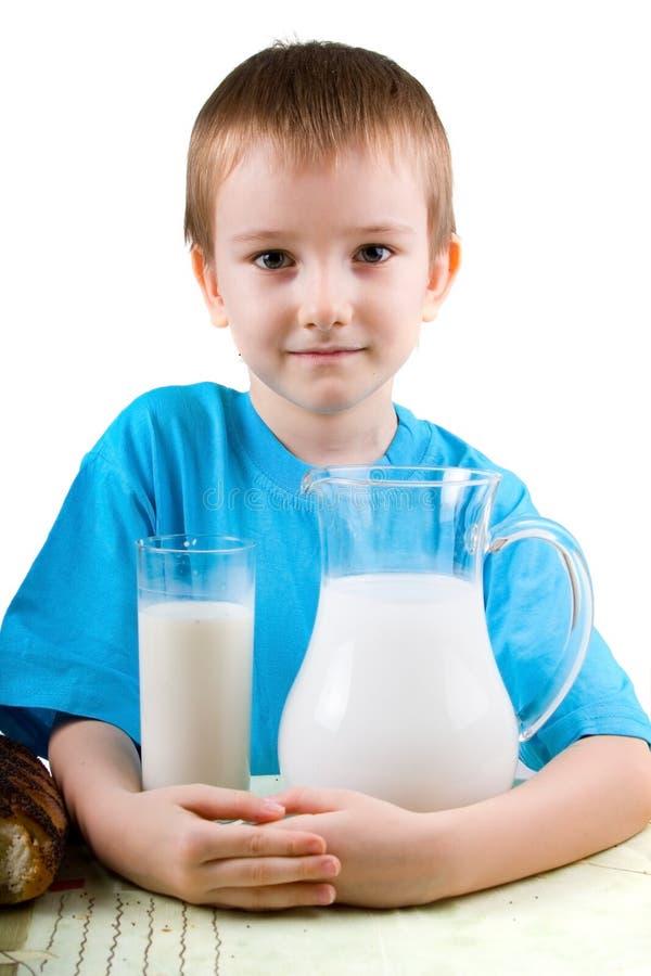 Junge mit einer Milch lizenzfreie stockfotos