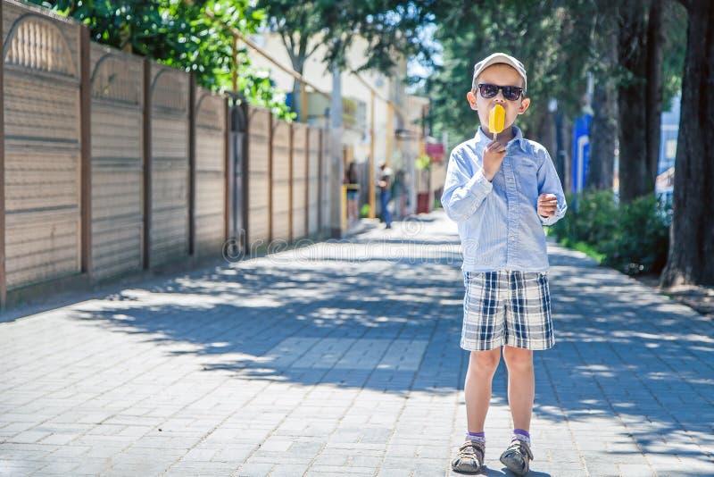 Junge mit Eiscreme lizenzfreies stockfoto