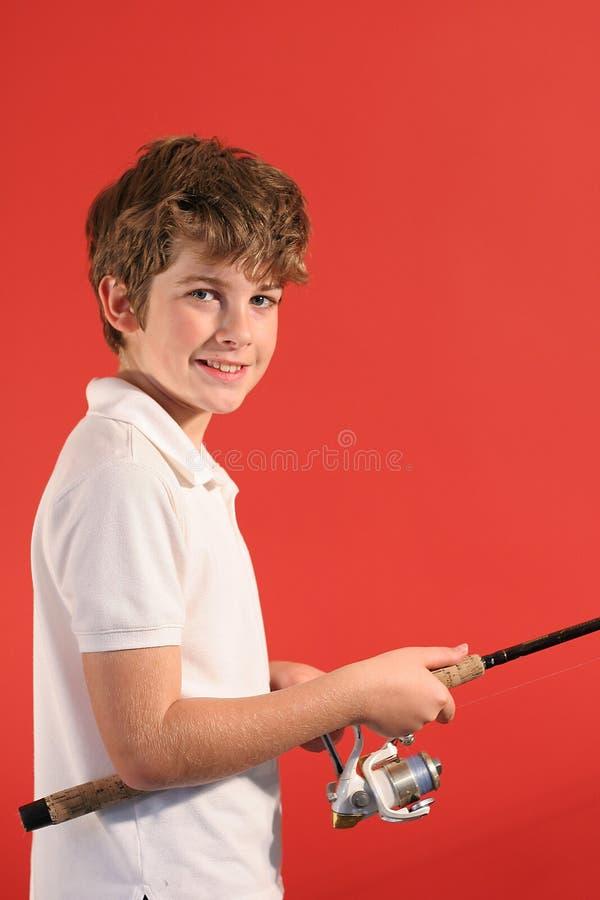 Junge mit Fischereipol lizenzfreie stockfotos