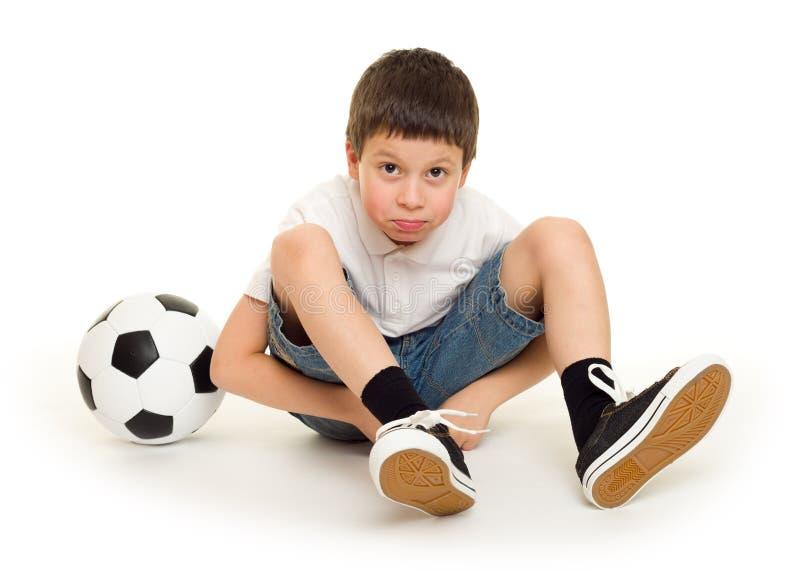 Junge mit Fußball stockfotografie