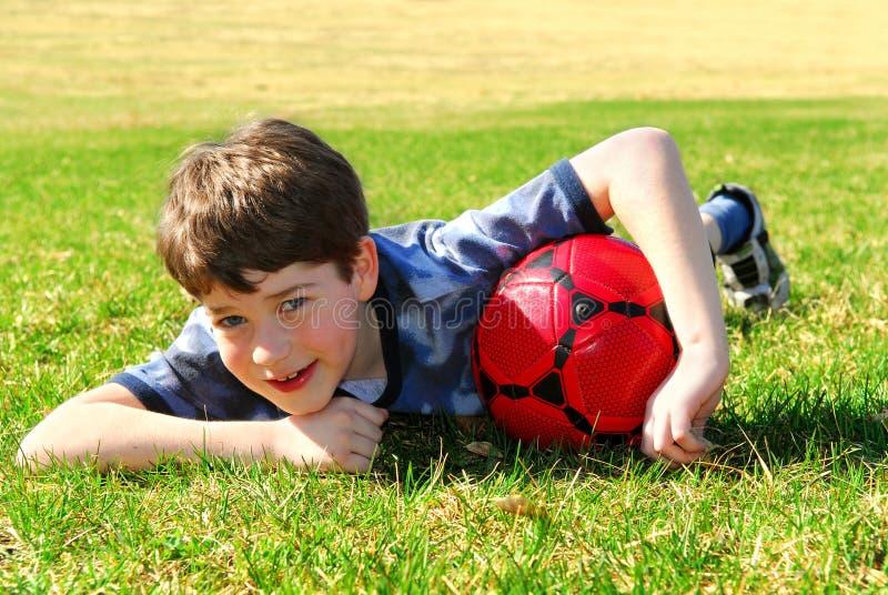 Junge mit Fußballkugel stockbilder