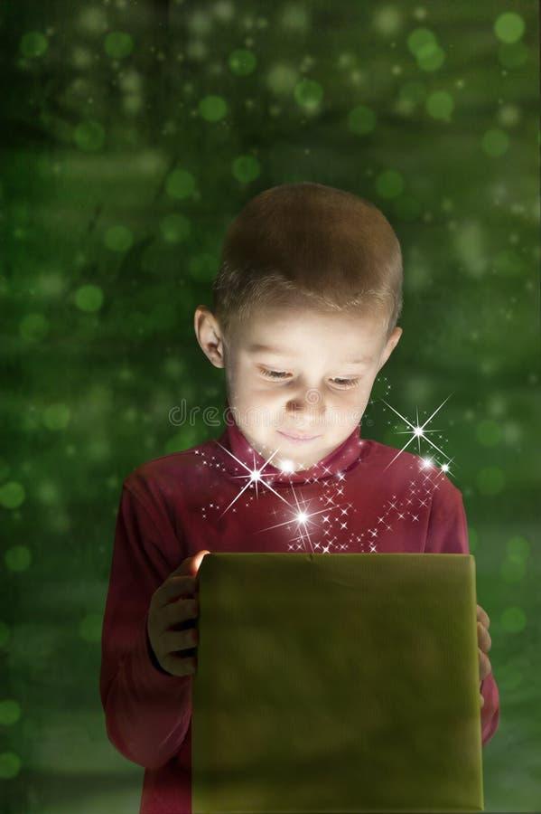 Download Junge Mit Geschenk, Leuchte, Die Aus Den Kasten Herauskommt Stockbild - Bild von grün, junge: 27735765