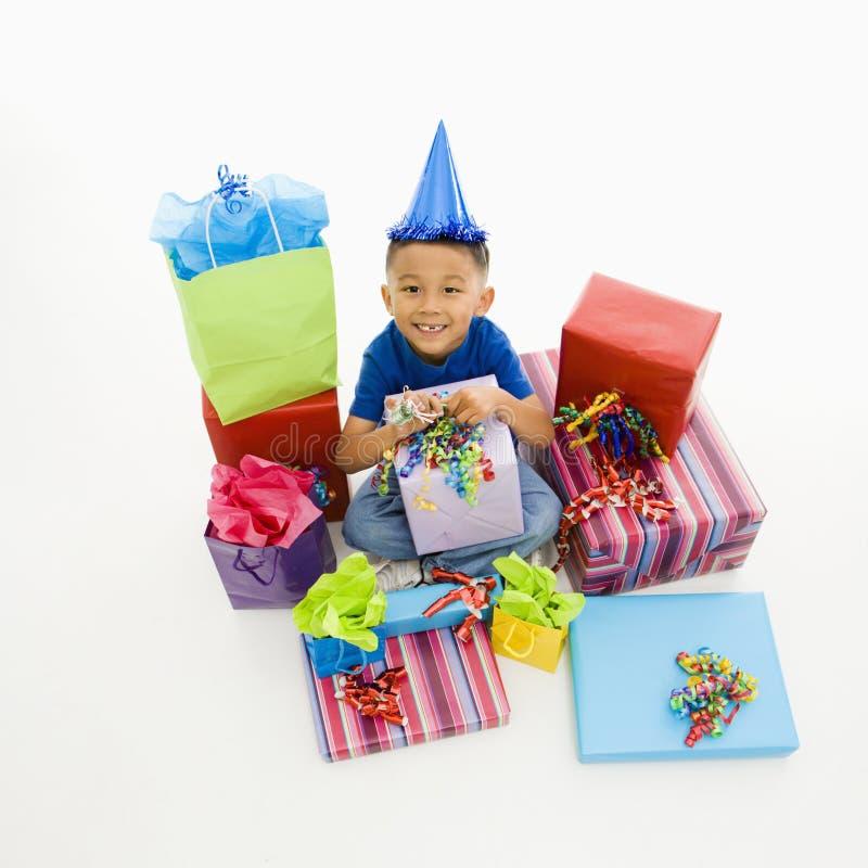 Junge mit Geschenken. stockfoto