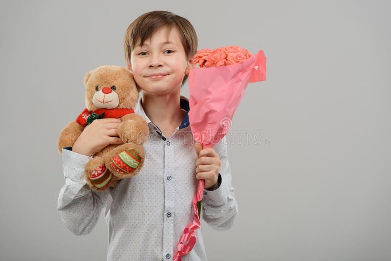 Junge mit Geschenken für Zerstampfung stockbild