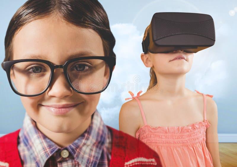 Junge mit Gläsern und Mädchen mit VR-Kopfhörer im bewölkten Raum stockfotografie