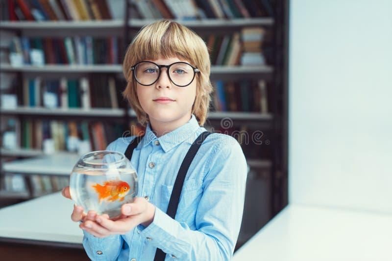 Junge mit Goldfisch stockfoto