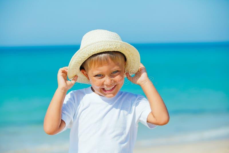Junge mit Hut auf dem Strand lizenzfreie stockfotografie