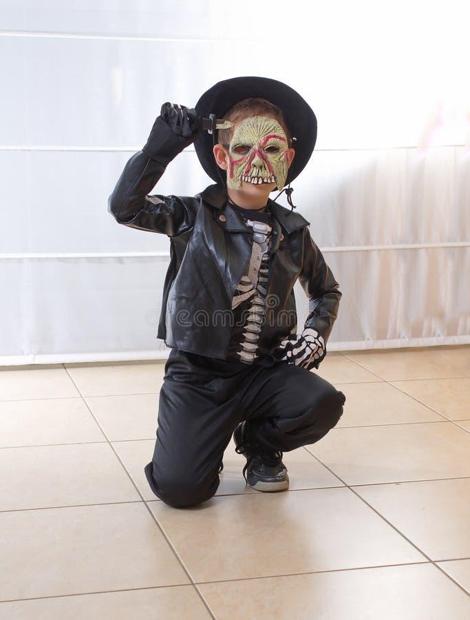 Junge mit 8-Jährigen gekleidet als Zombie für Halloween/Purim stockbild