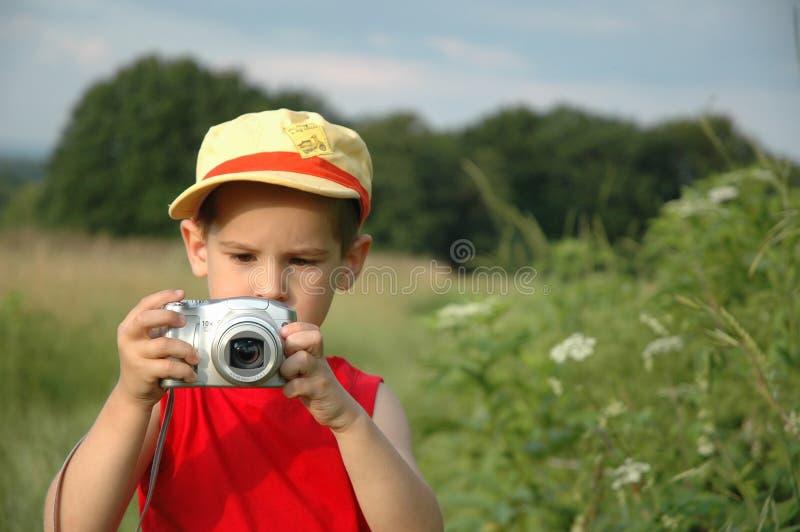 Junge mit Kamera lizenzfreie stockfotos