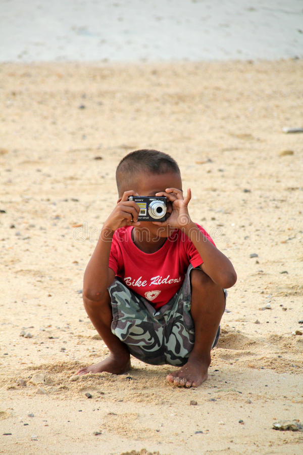 Junge mit Kamera lizenzfreie stockbilder