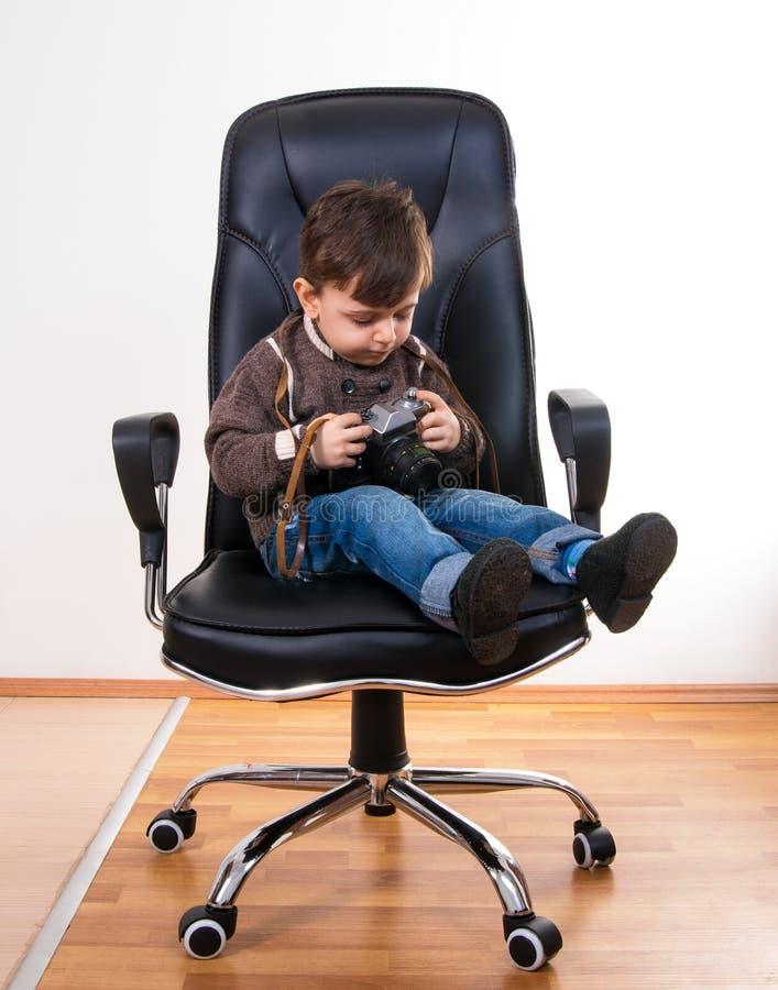 Junge mit Kamera lizenzfreies stockfoto