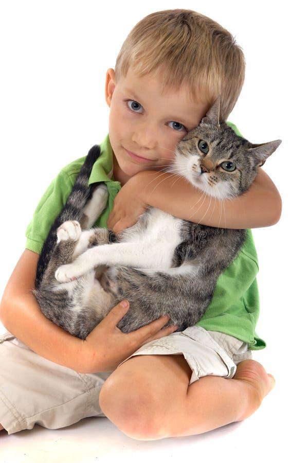 Junge mit Katze lizenzfreie stockbilder