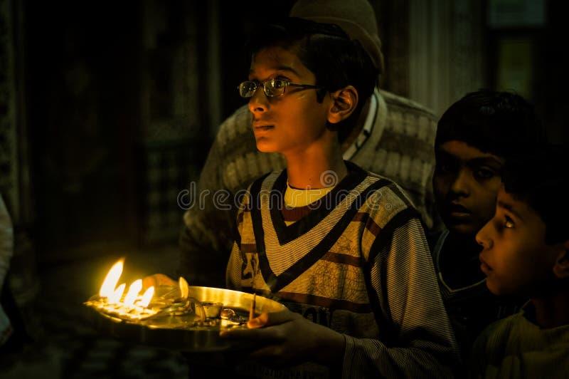 Junge mit Kerzen in Rajasthan stockfotos