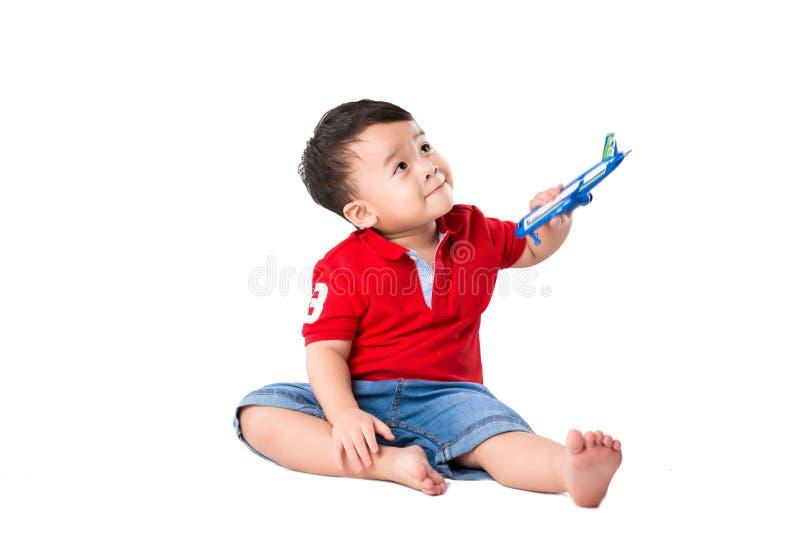 Junge mit Kugel lizenzfreies stockfoto