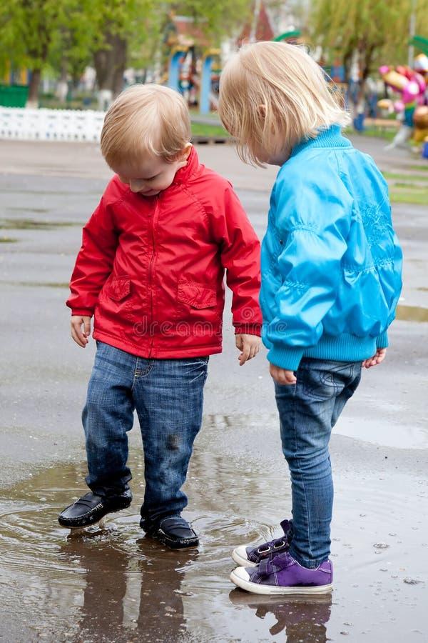 Junge mit Mädchen gehen auf die Straße stockfotografie