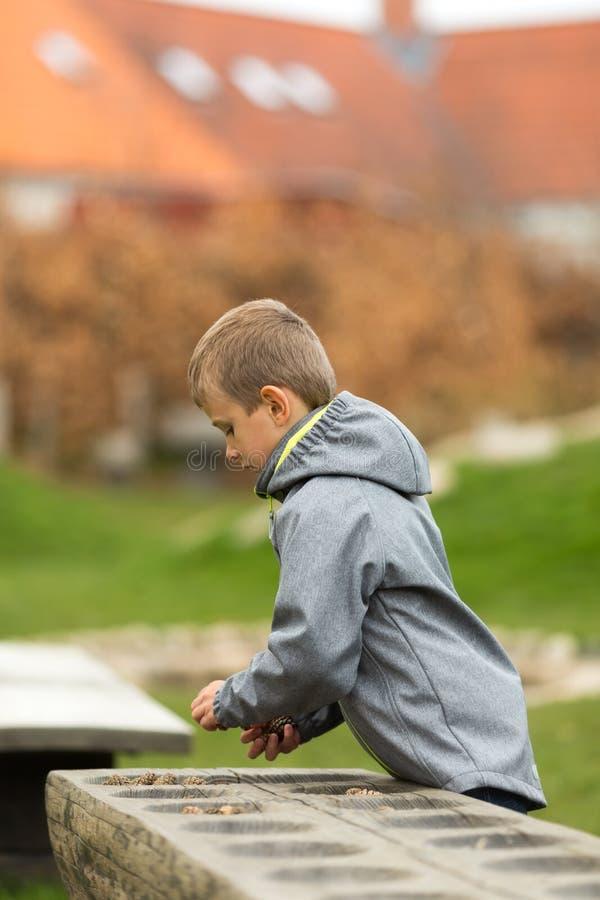 Junge mit mancala Spiel stockfotos
