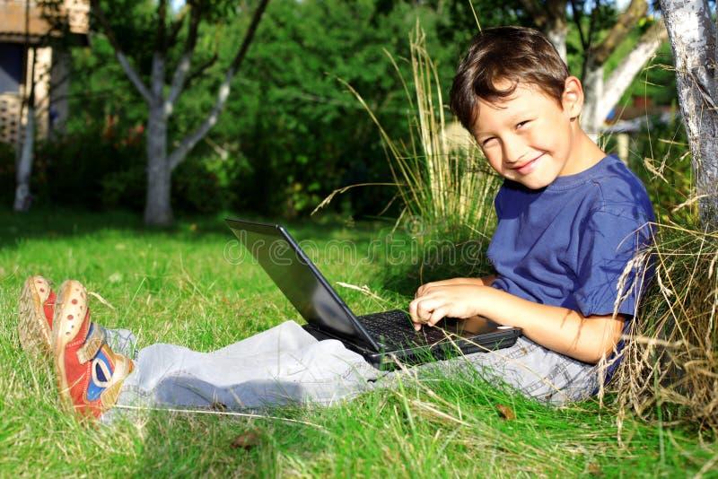 Junge mit Notizbuch stockfotos