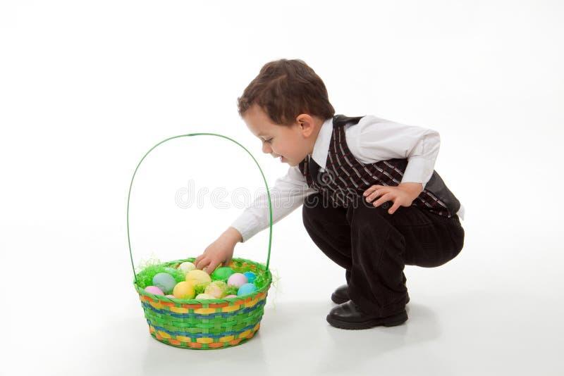 Junge mit Ostern-Korb stockfotografie