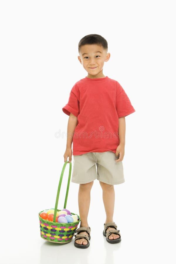 Junge mit Ostern-Korb. stockfoto