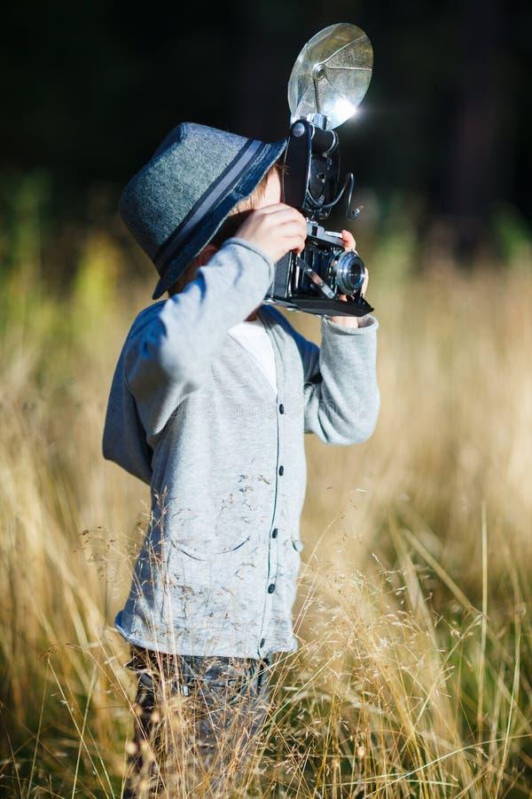 Junge mit Retro- Kamera lizenzfreies stockbild