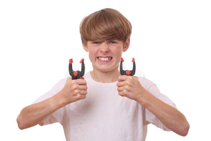 Junge mit Rohrschellen stockfoto