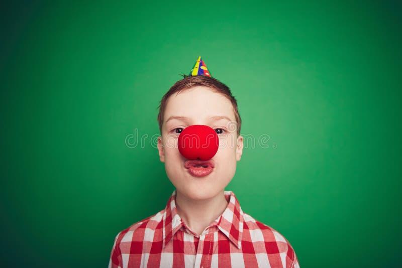Junge mit roter Nase lizenzfreies stockfoto