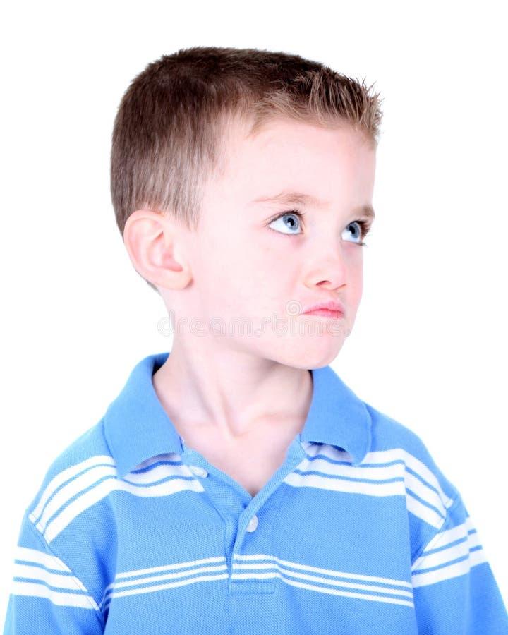Junge mit Schellfisch auf seinem Gesicht lizenzfreie stockfotografie