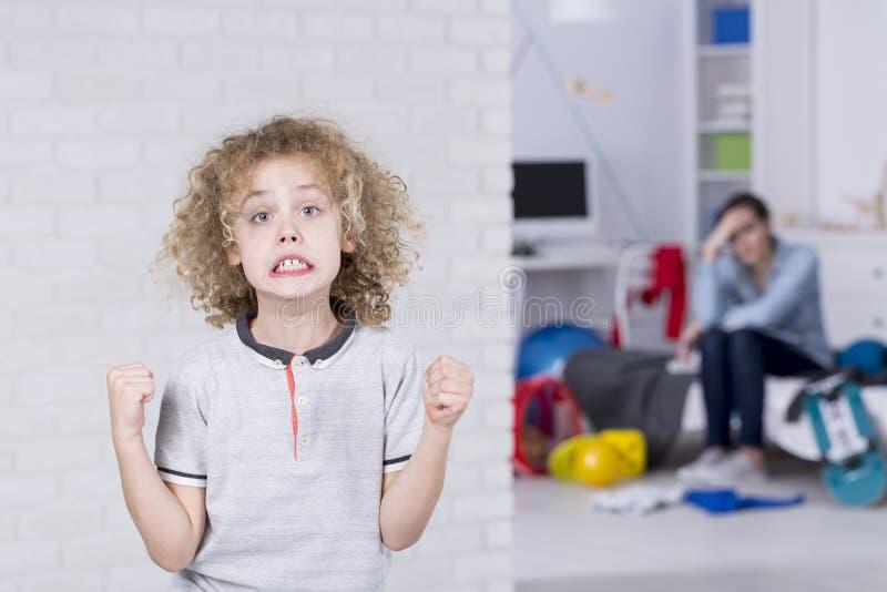 Junge mit schlechter Stimmung stockfotos