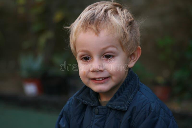 Junge mit schmutzigem Gesicht stockfotografie
