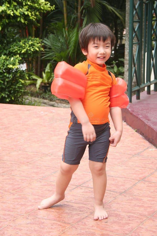 Junge mit Schwimmenkostüm lizenzfreie stockbilder