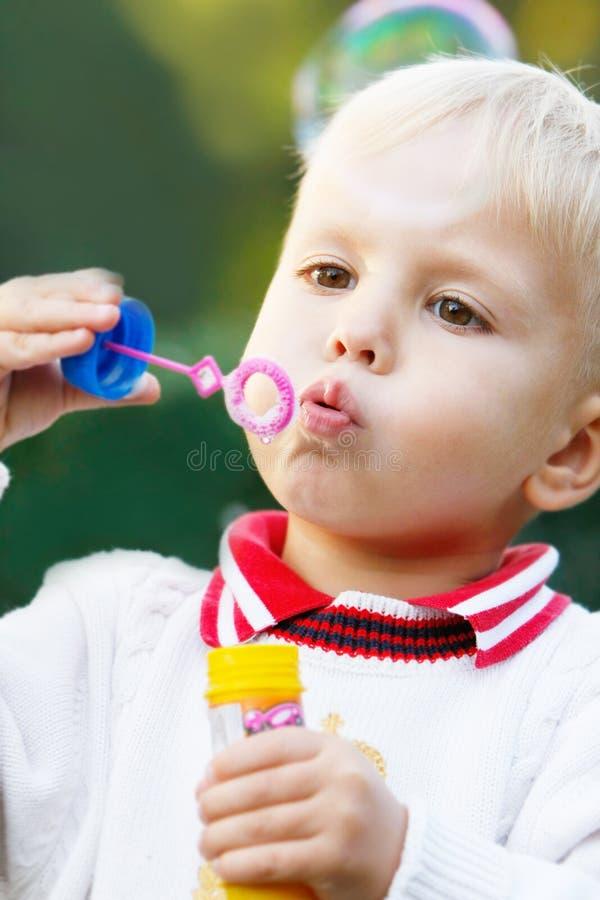 Junge mit Seifenluftblasen lizenzfreies stockfoto