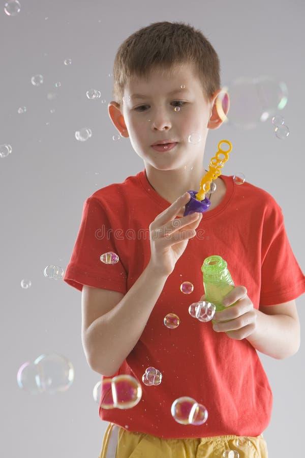 Junge mit Seifenluftblasen stockfoto