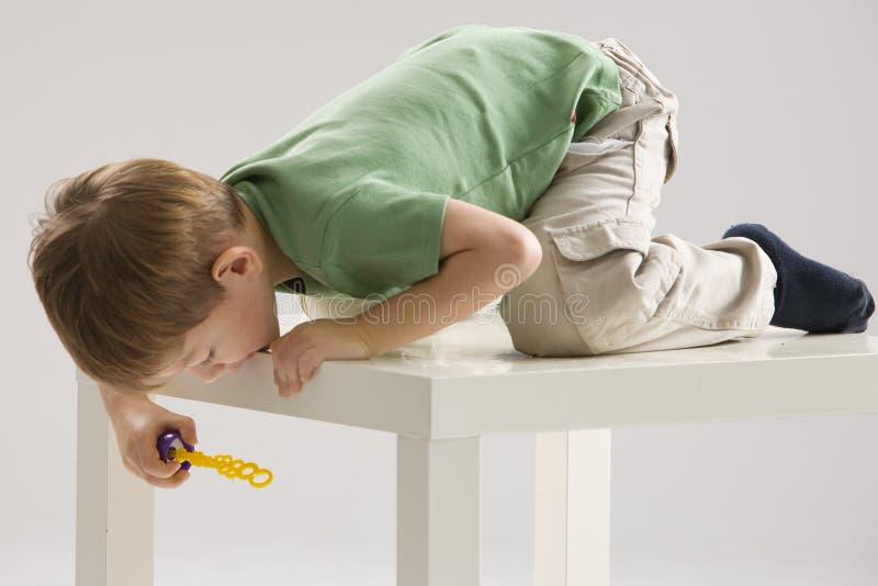 Junge mit Seifenluftblasen lizenzfreie stockbilder