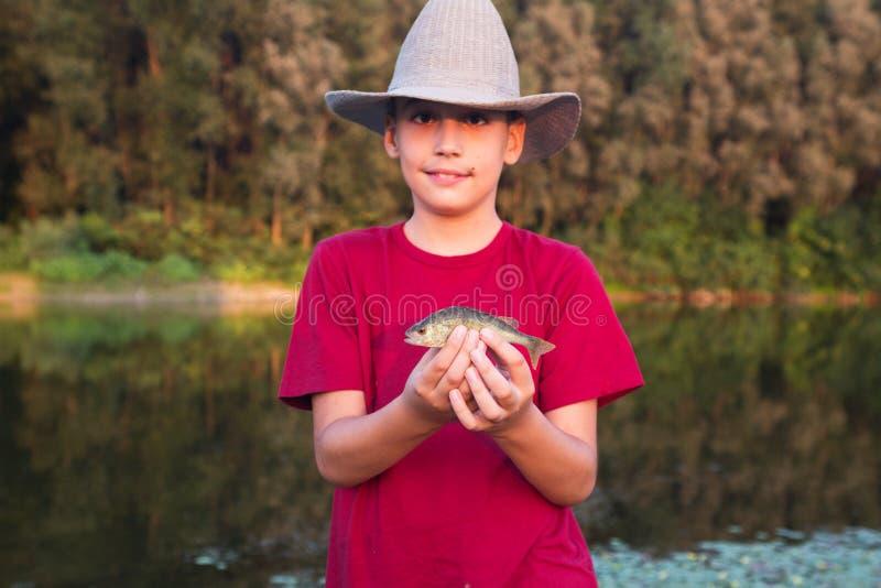 Junge mit seinem ersten Stangenfang stockfotos