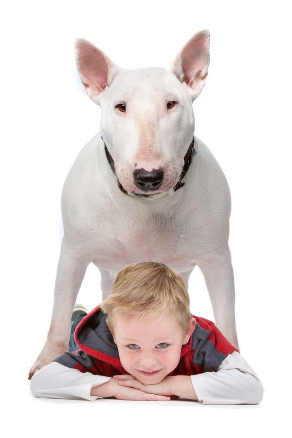 Junge mit seinem Hund lizenzfreie stockfotos