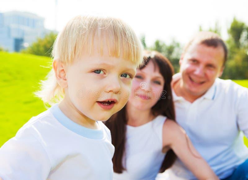 Junge mit seinen Muttergesellschaftn lizenzfreie stockfotos