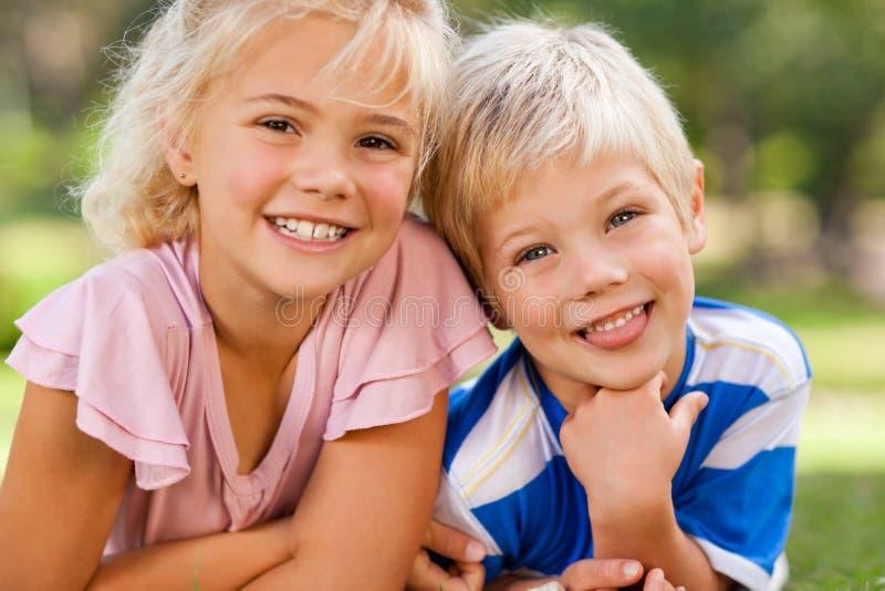 Junge mit seiner Schwester draußen lizenzfreies stockfoto