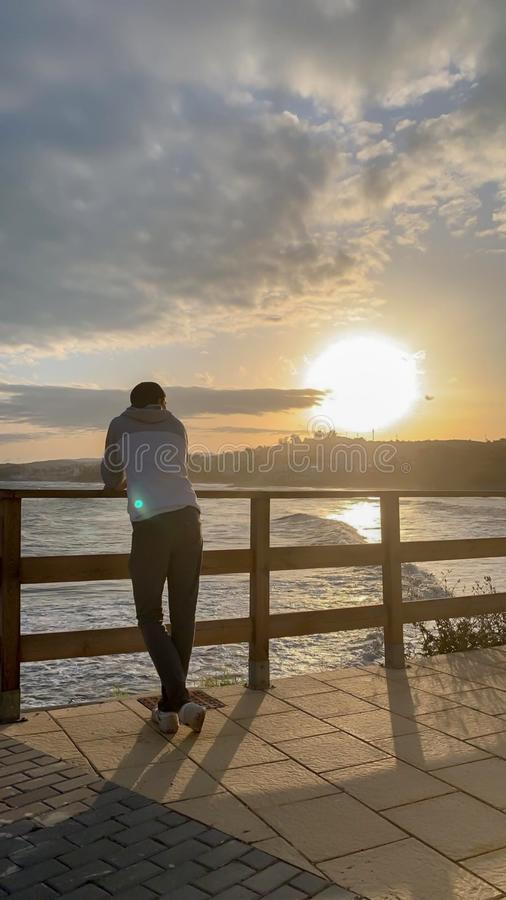 Junge mit Sonnenuntergang lizenzfreies stockbild