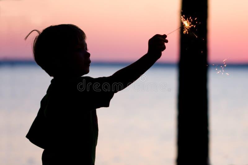 Junge mit Sparkler lizenzfreie stockbilder