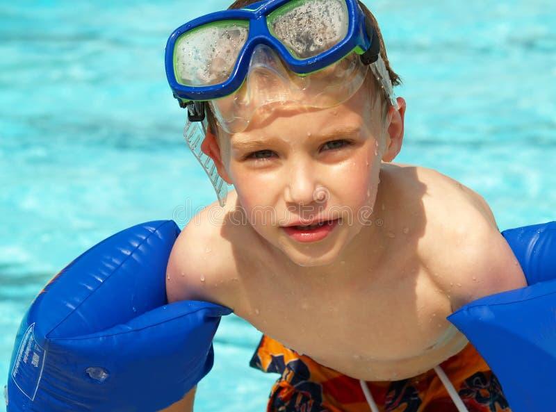 Junge mit Swimhin- und herbewegungen und -schablone lizenzfreie stockfotos