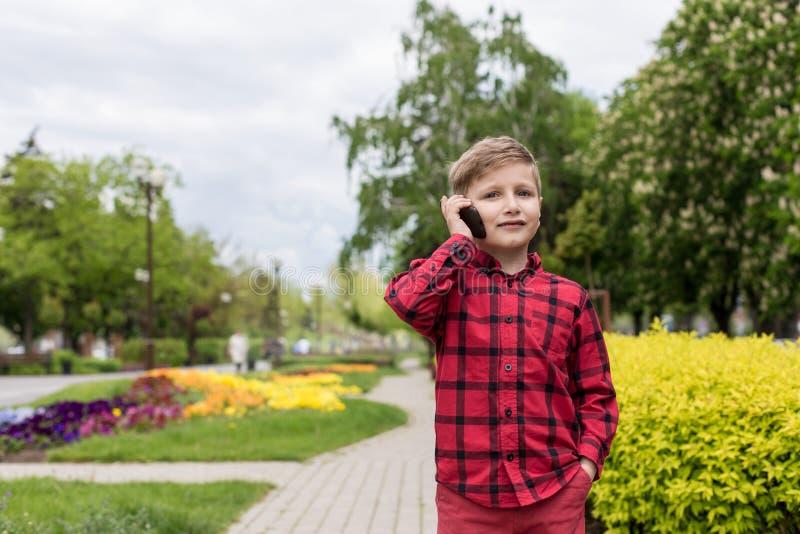 Junge mit Telefon stockfoto
