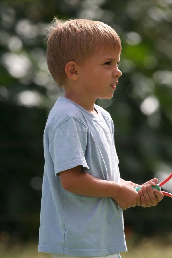 Junge mit Tennisschläger stockfoto