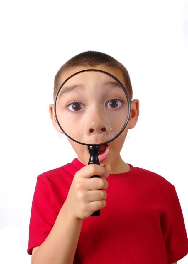 Junge mit Vergrößerungsglas lizenzfreie stockfotografie