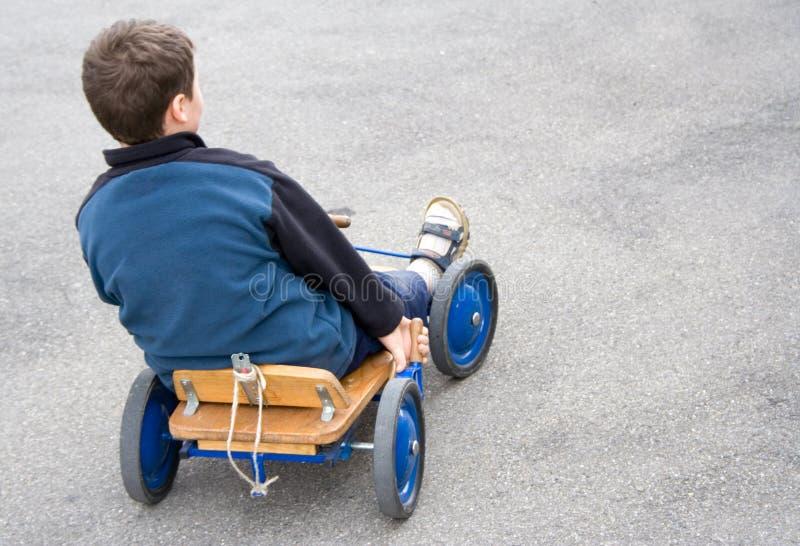 Junge mit Wagen stockfoto