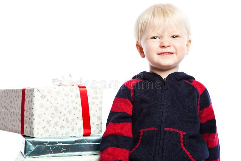 Junge mit Weihnachtsgeschenk lizenzfreie stockbilder